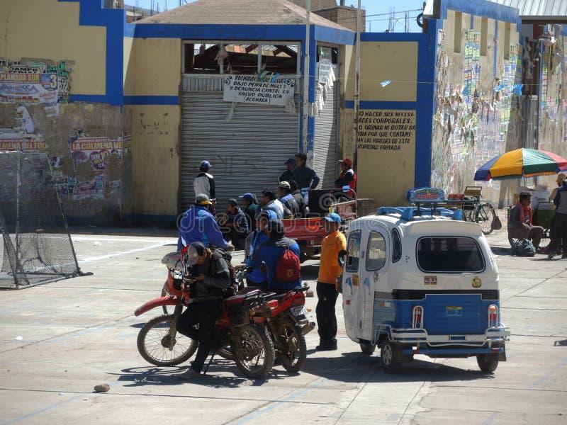 Indígenas en la calle, Juliaca, Perú fotos de archivo libres de regalías