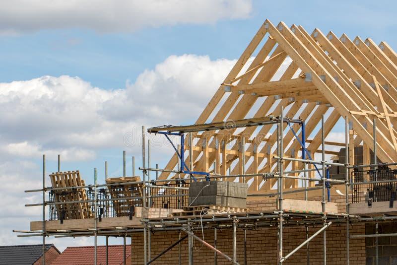 Indústria da construção civil A estrutura da madeira do telhado da casa trusses wi imagens de stock royalty free
