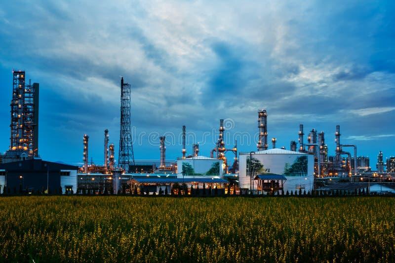 Indústria da instalação petroquímica (refinaria de petróleo) foto de stock royalty free