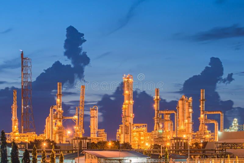 Indústria da refinaria de petróleo com o tanque de armazenamento do óleo imagens de stock