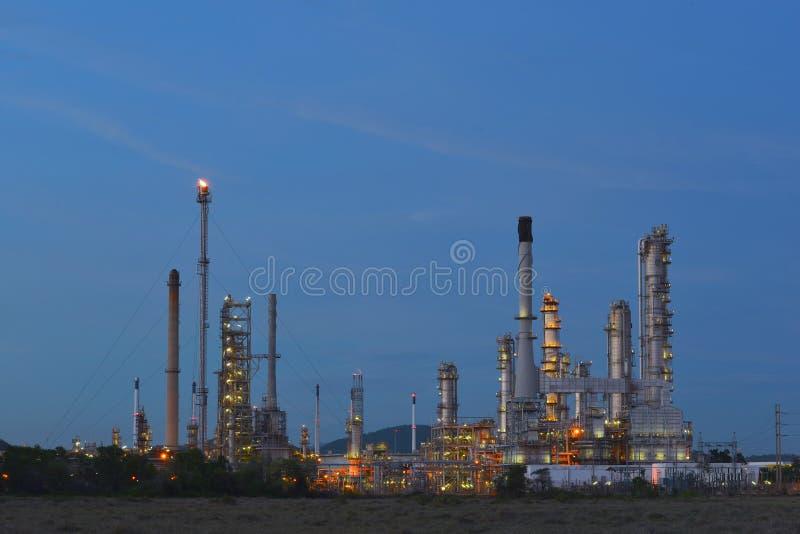 Indústria da refinaria de petróleo, refinaria de petróleo no crepúsculo fotos de stock