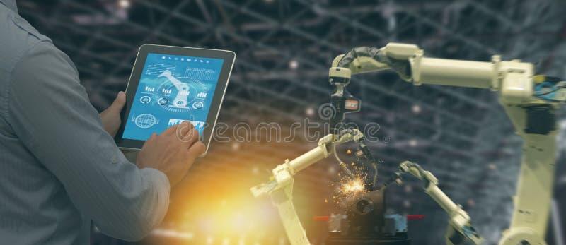 Indústria 4 de Iot 0 conceitos, coordenador industrial que usa o software aumentado, realidade virtual na tabuleta a monitorar a  fotografia de stock