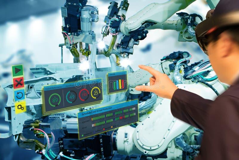 Indústria 4 de Iot 0 conceitos, vidros espertos de utilização engineerblurred industriais com aumentado misturado com tecnologia  fotografia de stock