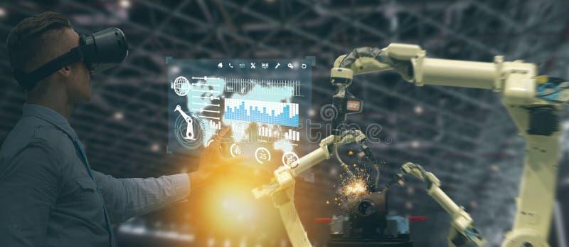 Indústria 4 de Iot 0 conceitos, vidros espertos de utilização engineerblurred industriais com aumentado misturado com tecnologia  fotos de stock royalty free