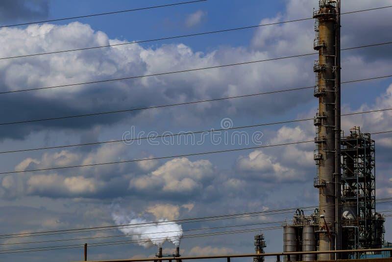 Indústria de petróleo e gás da refinaria, o equipamento da refinação de óleo, dos encanamentos foto de stock