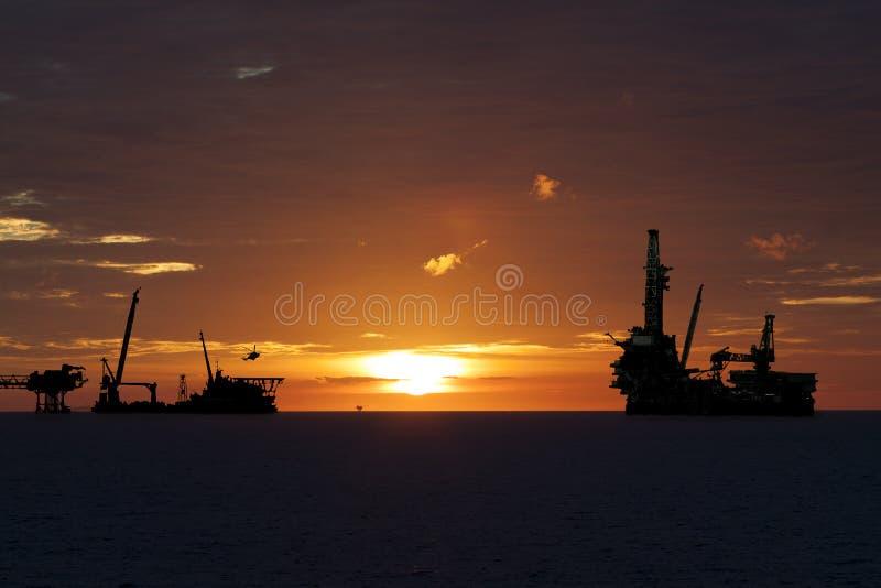 Indústria de petróleo e gás dentro no mar, a plataforma da construção do processo de produção, trabalho pesado ou indústria pesad imagens de stock royalty free