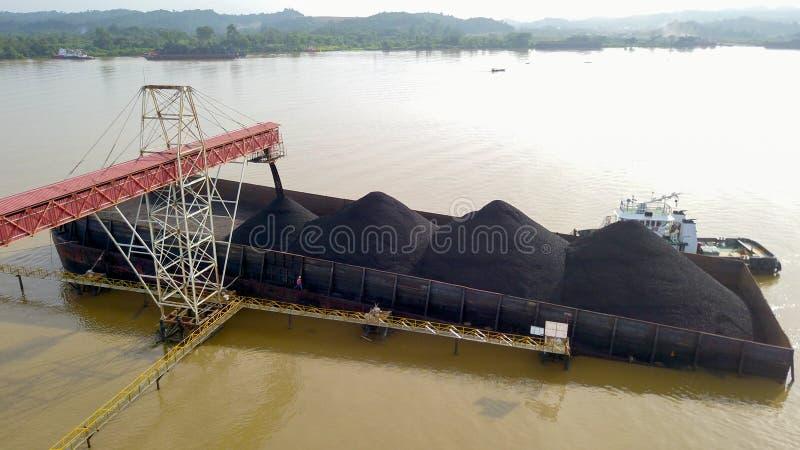 Indústria do transporte do barco do transporte de carvão fotos de stock