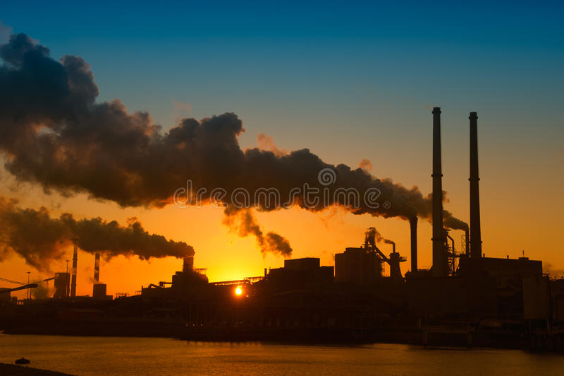 Indústria e por do sol imagem de stock