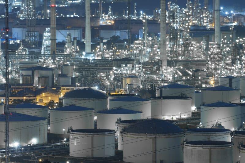 A indústria grande da refinaria de petróleo com explorações agrícolas de tanque imagens de stock