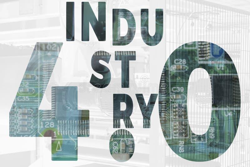 Indústria 4 A palavra da cor vermelha situada sobre o texto da cor branca Número 4 e textos da engrenagem e tom azul na fábrica e imagens de stock