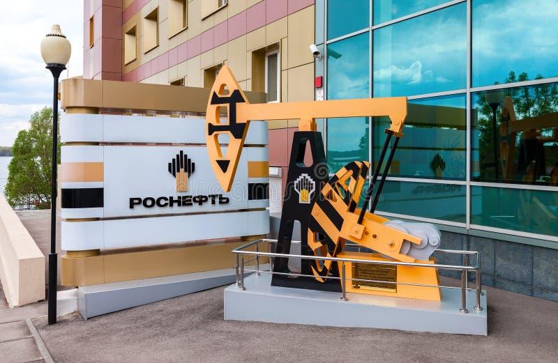 Indústria petroleira equipment Modelo do jaque da bomba de óleo perto do escritório b imagem de stock royalty free