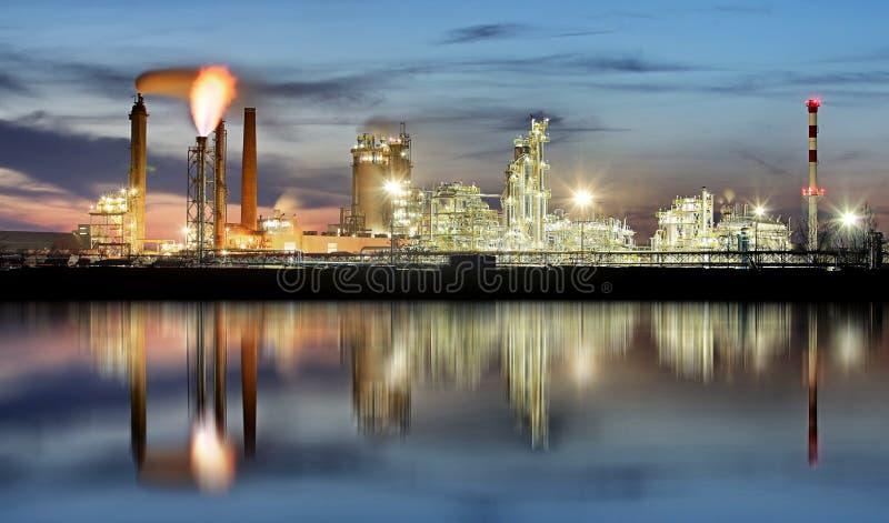 Indústria petroleira na noite, planta de Petrechemical - refinaria fotos de stock royalty free