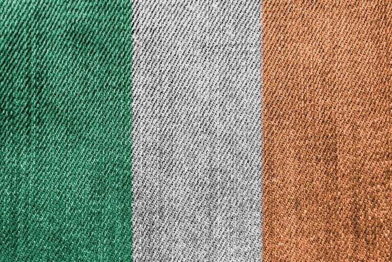 Indústria têxtil da Irlanda ou conceito da política: Calças de brim irlandesas da sarja de Nimes da bandeira fotos de stock