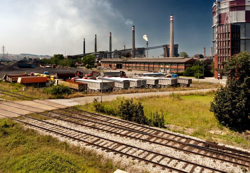 A indústria transporta a chaminé railway do CO2 industrial imagem de stock royalty free