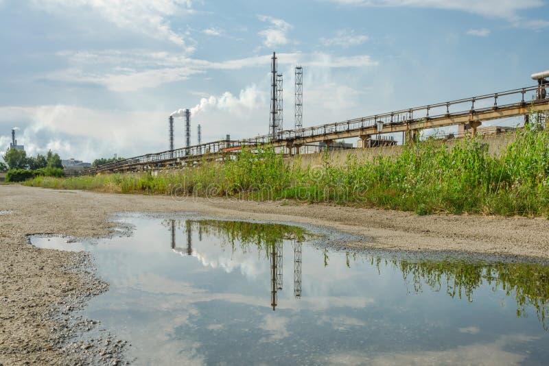 Indústria velha da planta ecologicamente poluindo imagens de stock royalty free