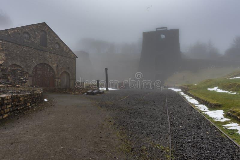 Indústrias siderúrgicas de Blaenavon, nos vales do Gales do Sul, com as construções velhas, industriais cloaked na névoa fotografia de stock