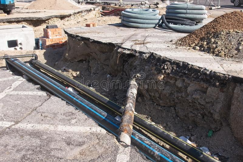 Ind?stria da constru??o civil Trabalhos de estrada Escavação e colocação das tubulações de gás Colocação dos tubos para a fibra ó imagens de stock royalty free