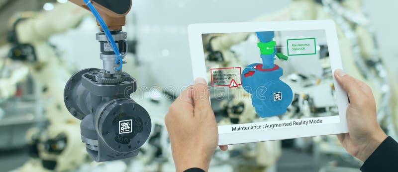 Ind?stria 4 de Iot 0 conceitos, coordenador industrial que usa a tabuleta esperta com aumentado misturado com a tecnologia da rea foto de stock
