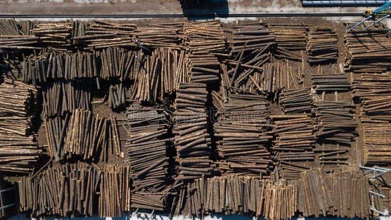 Ind?stria do Woodworking Mat?rias primas para o woodworking Entra a fotografia a?rea das pilhas com um zang fotografia de stock royalty free