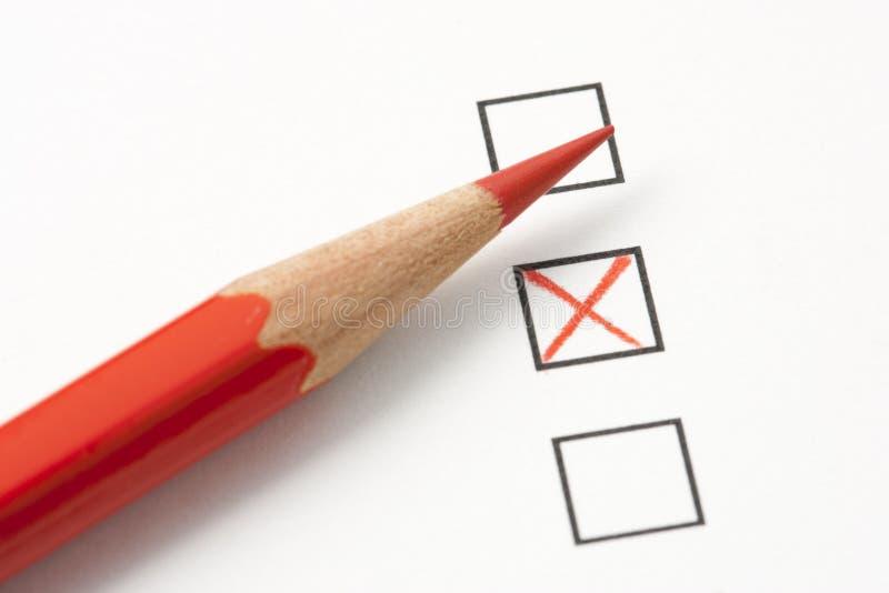 Indagine con la X rossa e la matita rossa fotografia stock libera da diritti