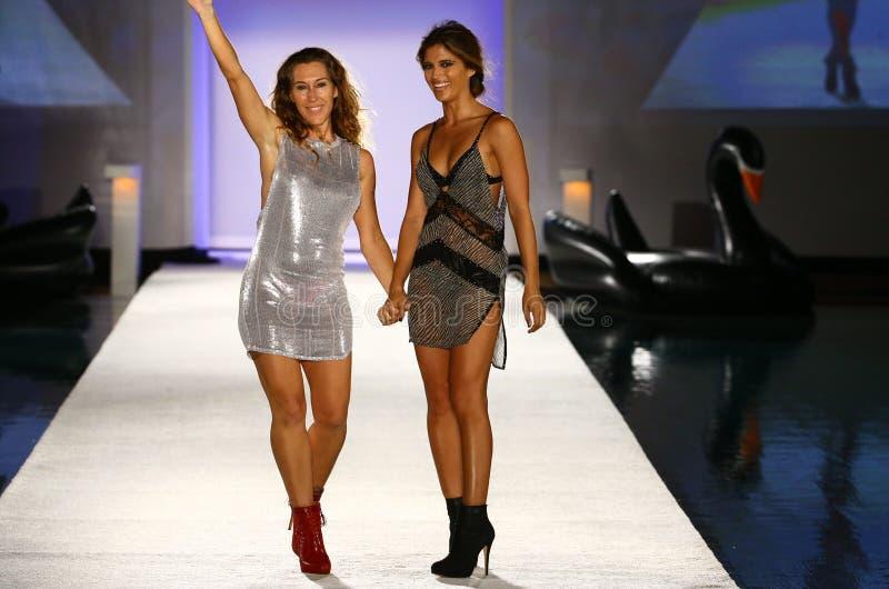 Indahs Designer Libby DeSantis (L) und Modellwegrollbahn während der Indah-Badebekleidungsmodeschau stockbilder