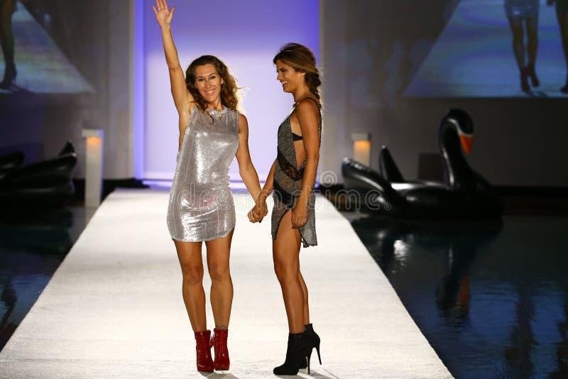 Indahs Designer Libby DeSantis (L) und Modellwegrollbahn während der Indah-Badebekleidungsmodeschau lizenzfreies stockfoto