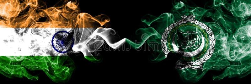 Inde contre des drapeaux de fum?e de ligue arabe plac?s c?te ? c?te Drapeaux soyeux color?s ?pais de fum?e de ligue indienne et a photos stock