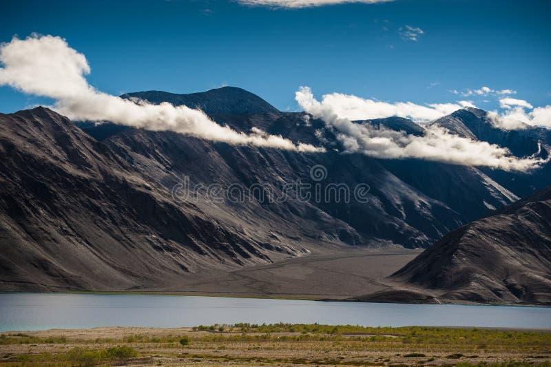 Inde de Ladakh de vue de lac Pankong photos stock
