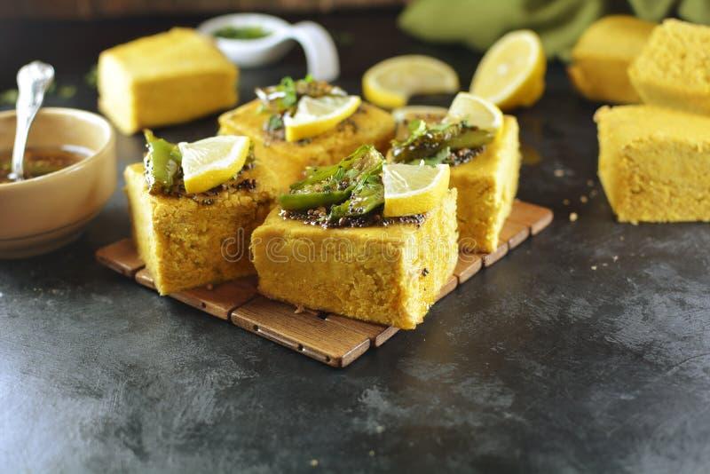 Inder Dhokla - Rezeptvorbereitungsfotos mit Fotos des abschließenden Tellers und des traditionellen mattha lizenzfreies stockbild