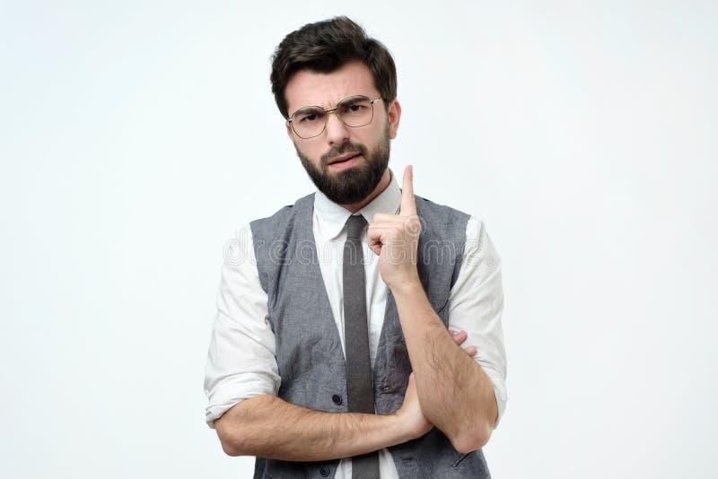 Index sérieux d'apparence de jeune homme, donnant le conseil ou la recommandation images stock