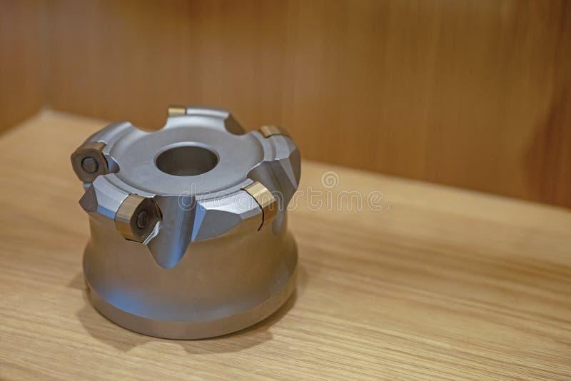 Indexierbares Werkzeug auf dem Tisch f?r cnc-Maschinen stockfotografie