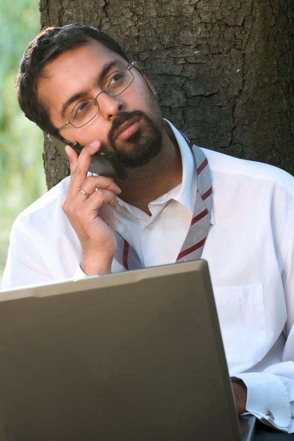 Indiër op een telefoon stock fotografie