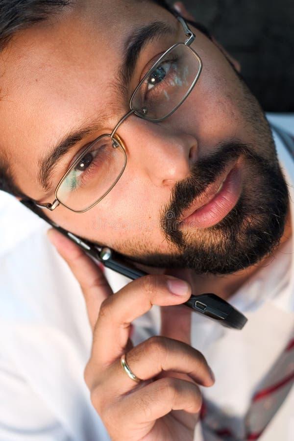 Indiër op een telefoon stock foto's