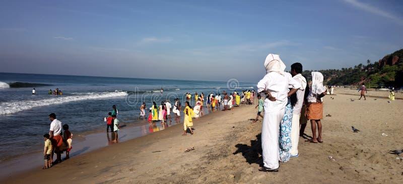Indiërs met hun families op strand van Arabische overzees royalty-vrije stock foto's