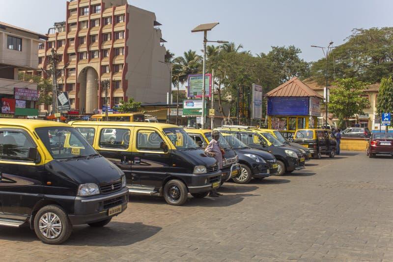 Indiański taxi parking z czarnymi i żółtymi samochodami w tle miasto zdjęcie royalty free