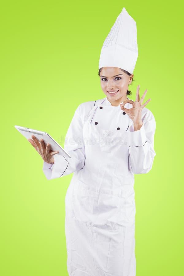 Indiańscy żeńscy szefów kuchni przedstawienia OK podpisują wewnątrz studio obrazy royalty free