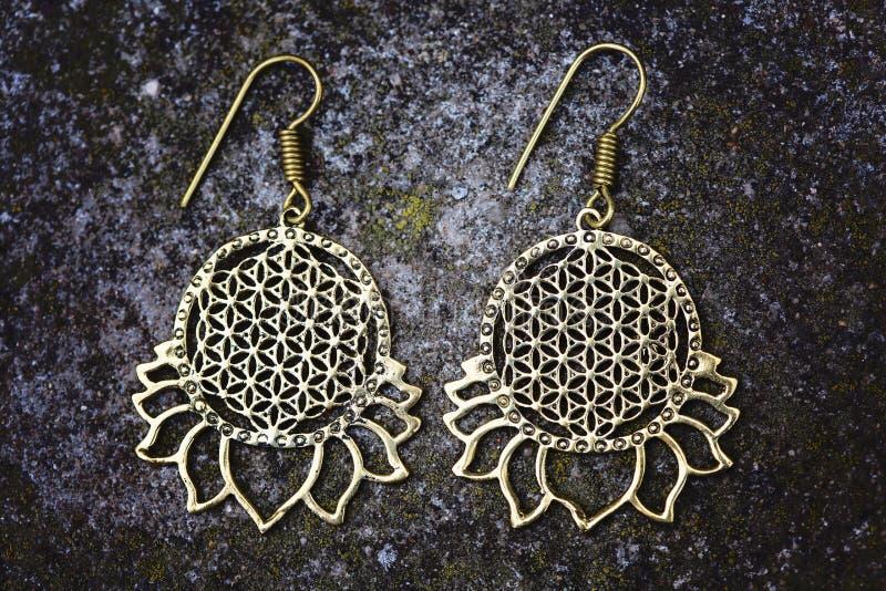 Indiańscy duchowi ornamentacyjni stylowi mosiężni kolczyki zdjęcia royalty free
