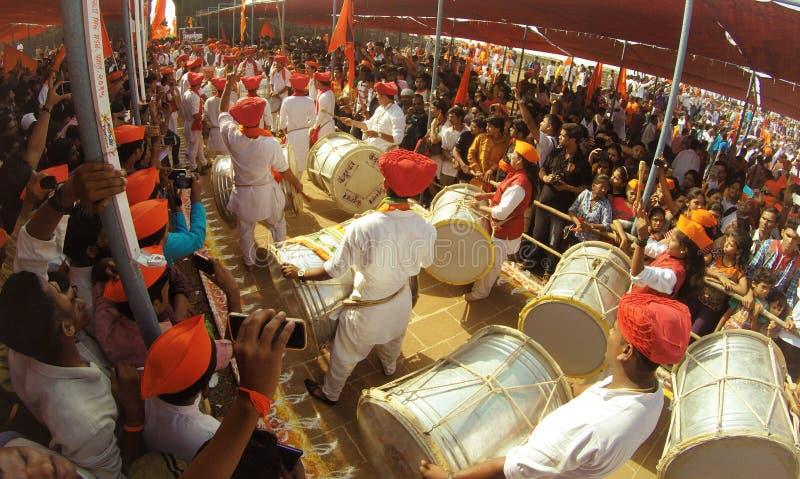 Indiańscy ludzie bawić się bębeny i cieszy się festiwal fotografia stock