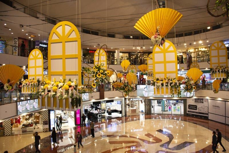Indiańscy ludzie i obcokrajowów podróżnicy chodzi podróży wizytę w Wybranym miasto spaceru centrum handlowym przy Saket w New Del zdjęcie royalty free