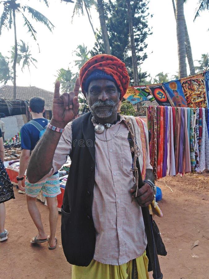 Indiańscy mężczyźni ubierający miejscowego styl ?rody Anjuna pchli targ India, Goa zdjęcia royalty free
