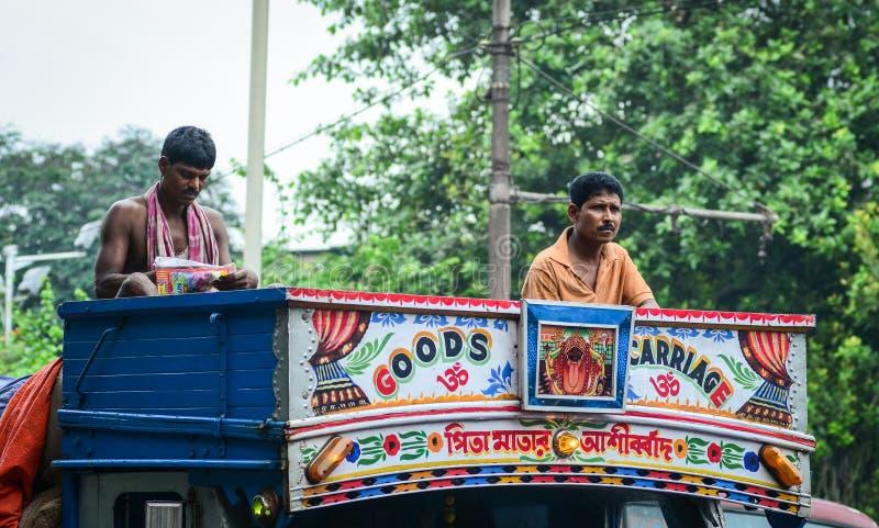 Indiańscy mężczyzna na lokalnym autobusie w Kolkata, India zdjęcia royalty free
