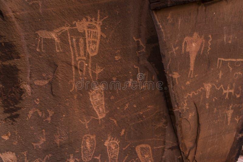 Indiańscy petroglify na Rodzić skałę royalty ilustracja
