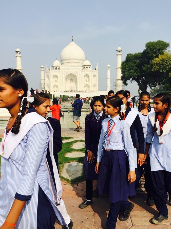 Indiańscy ucznie odwiedza Taj Mahal fotografia royalty free