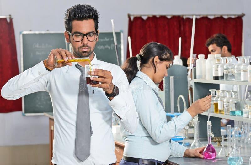 Indiańscy ucznie W chemii laboratorium obraz royalty free