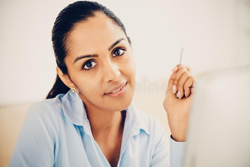 Indiańska biznesowa kobieta dosyć uśmiecha się biuro zdjęcia royalty free