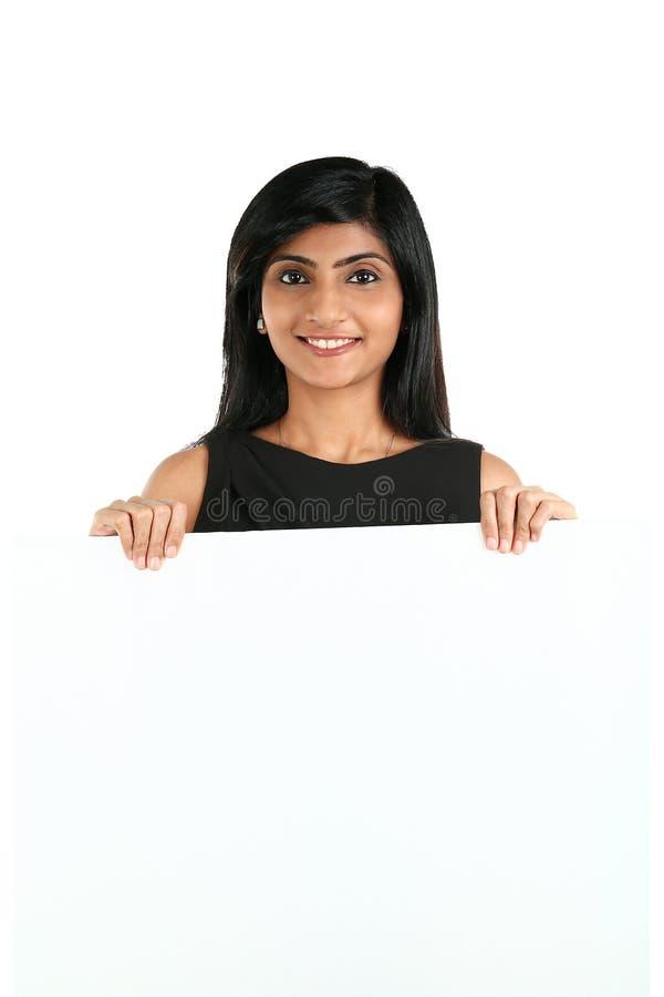 Indiańska Biznesowa kobieta wystawia białego plakat dla twój teksta fotografia royalty free