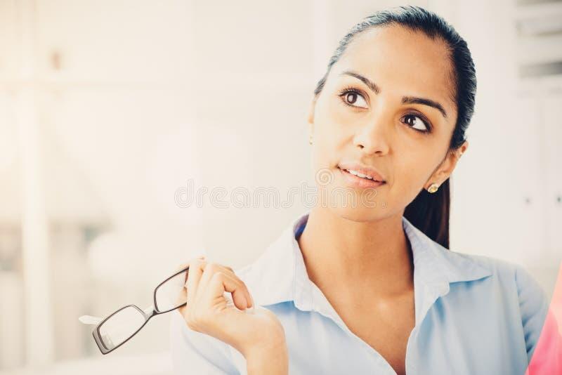 Indiańska biznesowej kobiety myśląca przyszłość zdjęcia stock