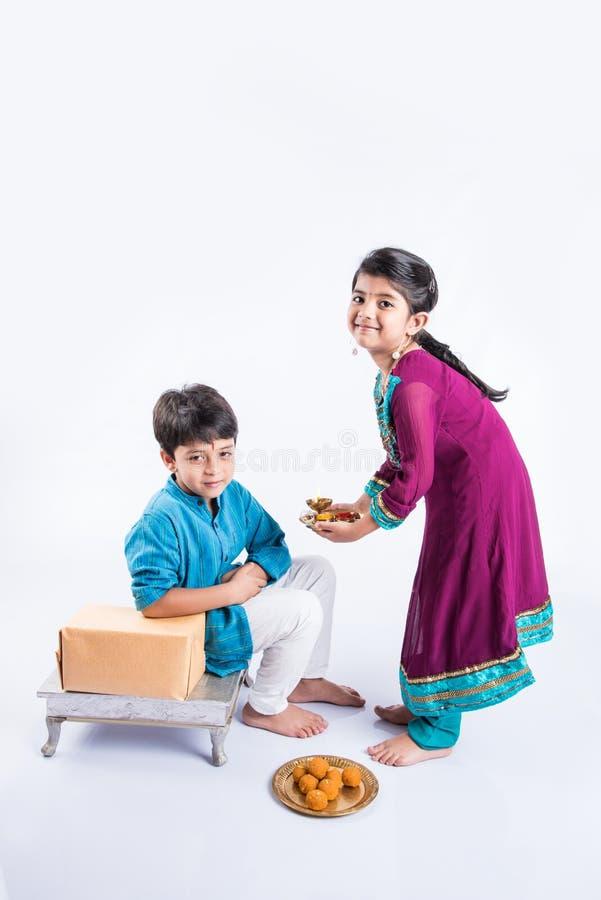 Indiańska brata, siostry odświętność rakshabandhan i fotografia stock