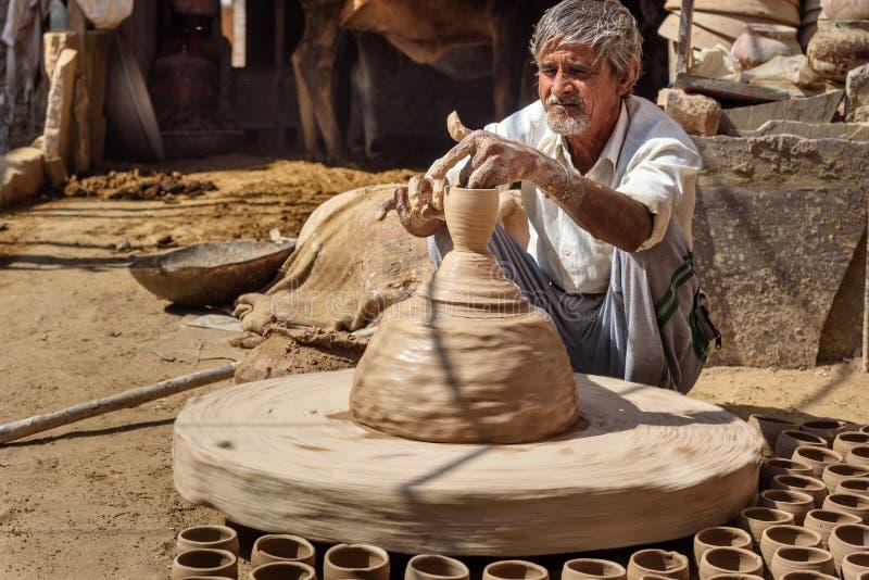 Indiańska garncarka robi glinianym garnkom na ceramicznym toczy wewnątrz Bikaner Rajasthan indu zdjęcia stock