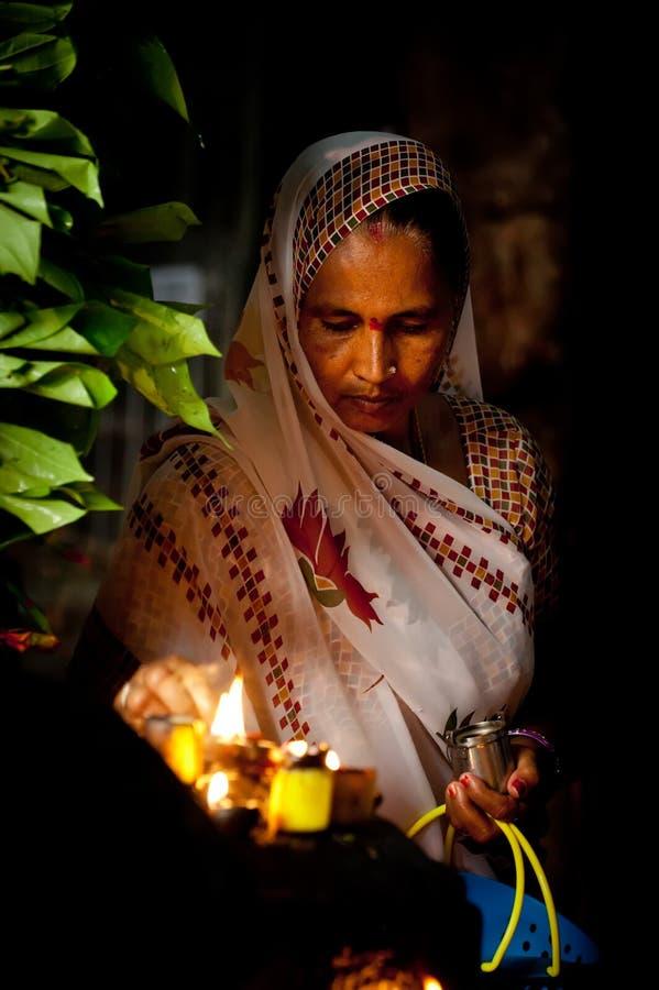 Indiańska kobieta modli się inside Meenakshi świątynię India, Madurai zdjęcie royalty free